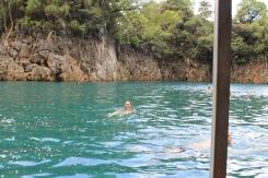 Schwimmen im kristallklaren Wasser
